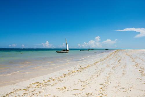 Fotomural Sunny Kenya, plajă, barcă, soare, nisip, barcă cu pânze, nuanțe de albastru, cer albastru