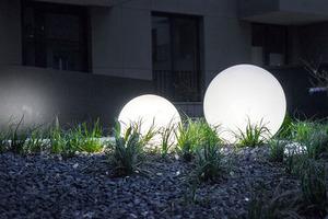 Un set de bile decorative de grădină - Bile Luna 20, 25, 30, 40 cm + Becuri Led small 6
