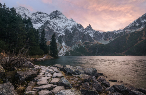 Fotomural 3D munți, vedere spre pădure și lac, apus de soare în munți